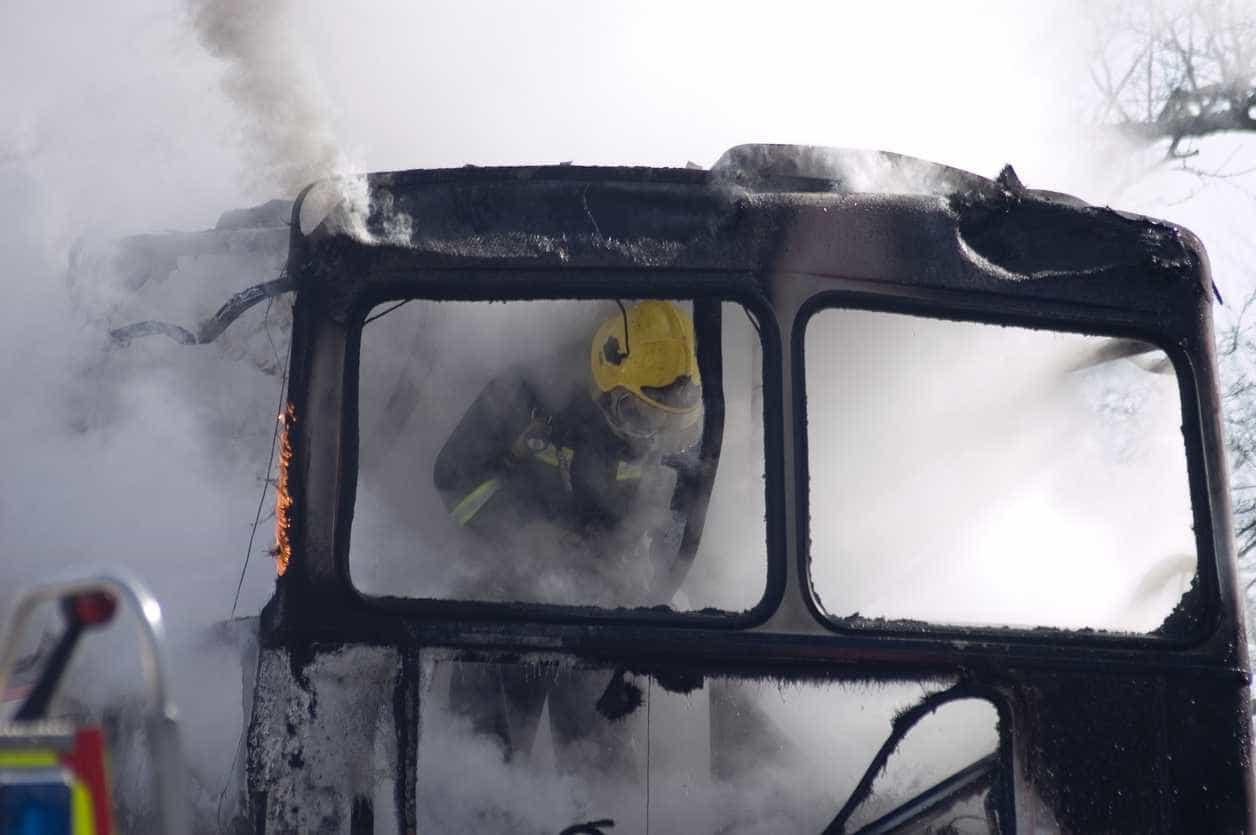 Incêndio em autocarro na A8 corta via e condiciona trânsito