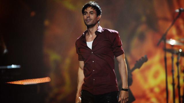 Vídeo: Enrique Iglesias beija apaixonadamente fã em palco