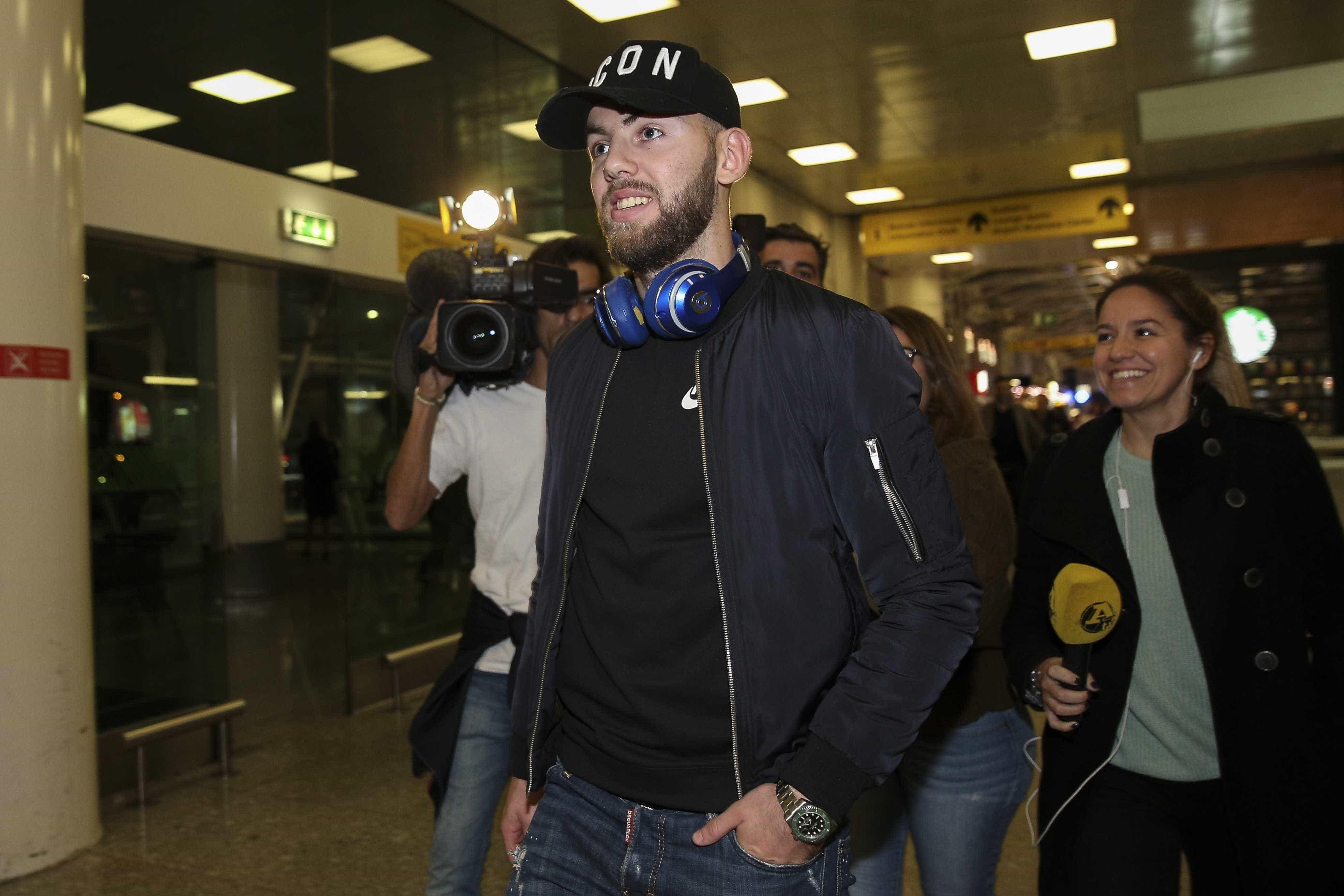 """Assinou pelo Benfica em janeiro, mas ainda não jogou: """"Não me arrependo"""""""