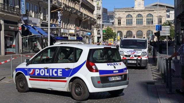 Polícia francesa detém terrorista e impede ataque a escola primária