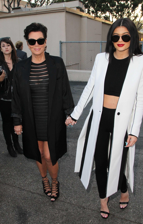 Kylie Jenner oferece Ferrari vermelho à mãe