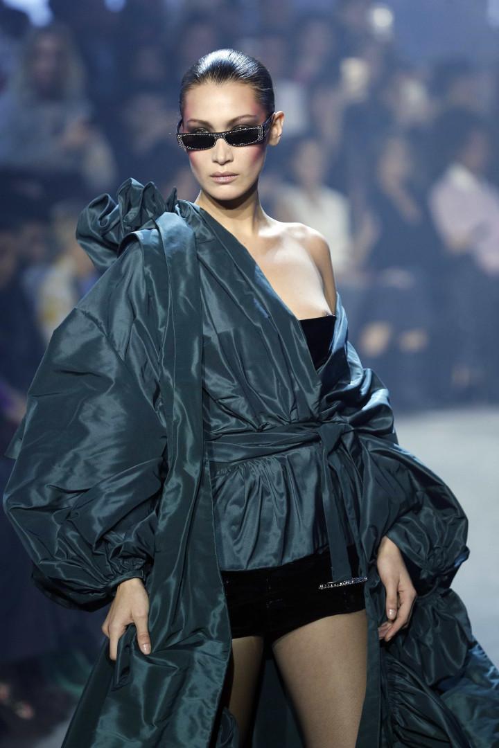 fa5829d34 Ops! Bella Hadid mostra mamilo durante desfile na Semana de Moda de Paris