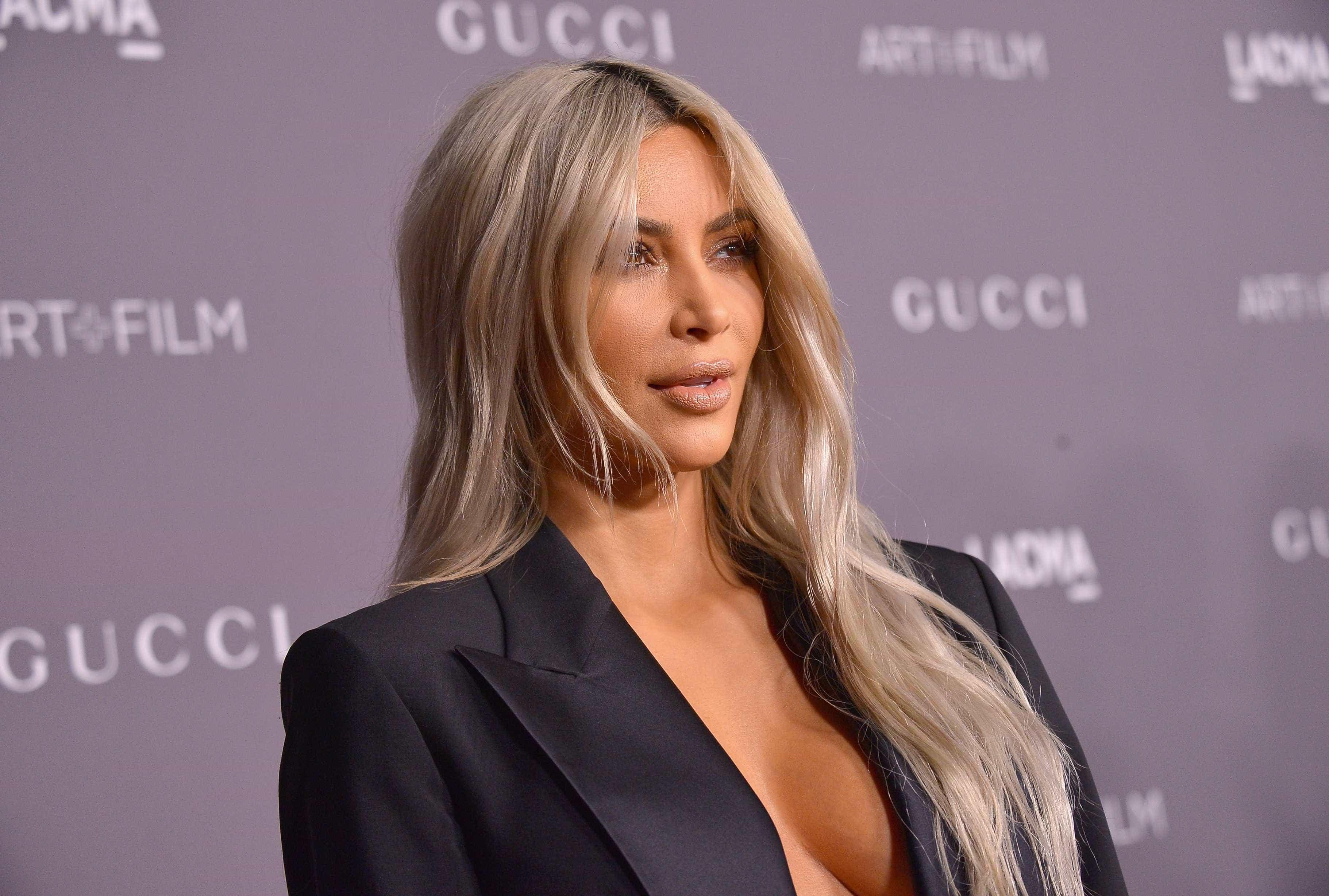 Nova tendência? Kim Kardashian surge com cabelo até aos pés