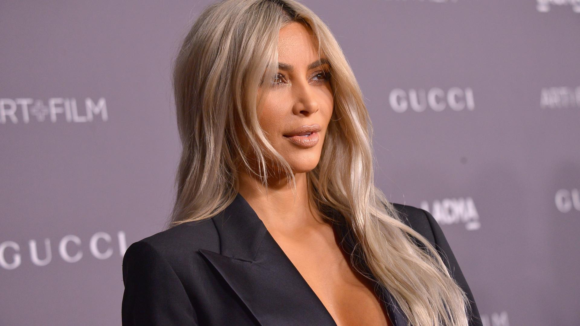Kim Kardashian leiloa roupas e acessórios por uma boa causa