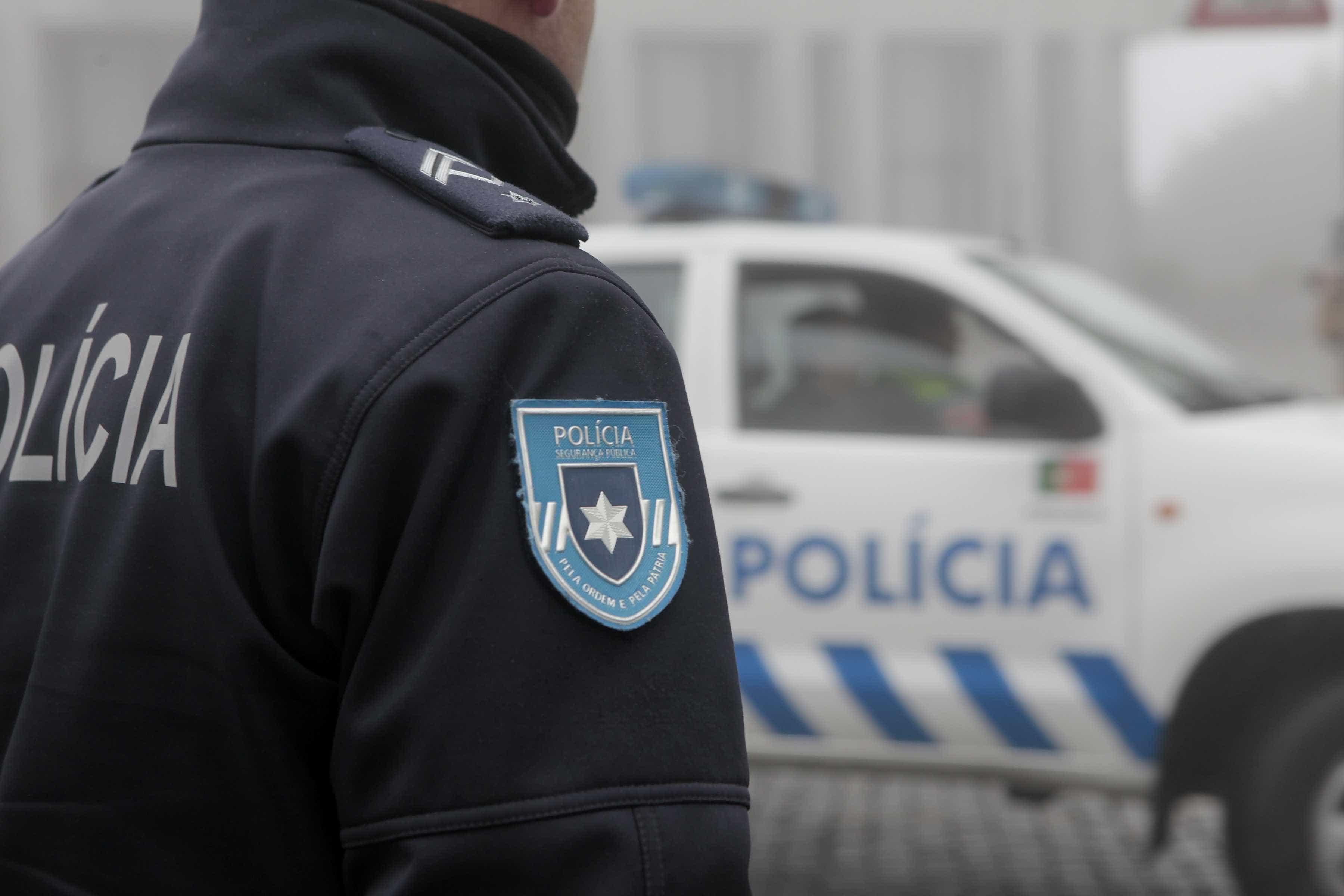 Almada: Gangue aponta arma a funcionária durante assalto a minimercado