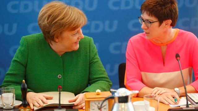 'Mini-Merkel' escolhida para liderar democratas cristãos alemães