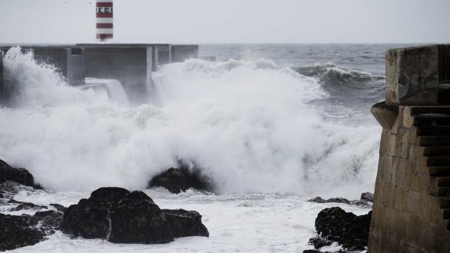 Dez distritos sob aviso amarelo devido à agitação marítima e vento forte