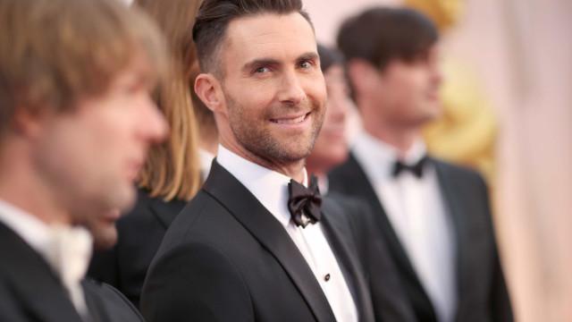 """Adam Levine exibe novo penteado e fãs 'chumbam' o look: """"Terrível"""""""