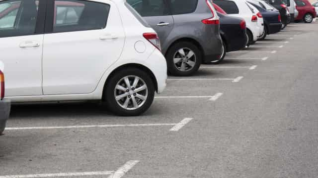 Mulher multada por ultrapassar tempo de estacionamento durante parto