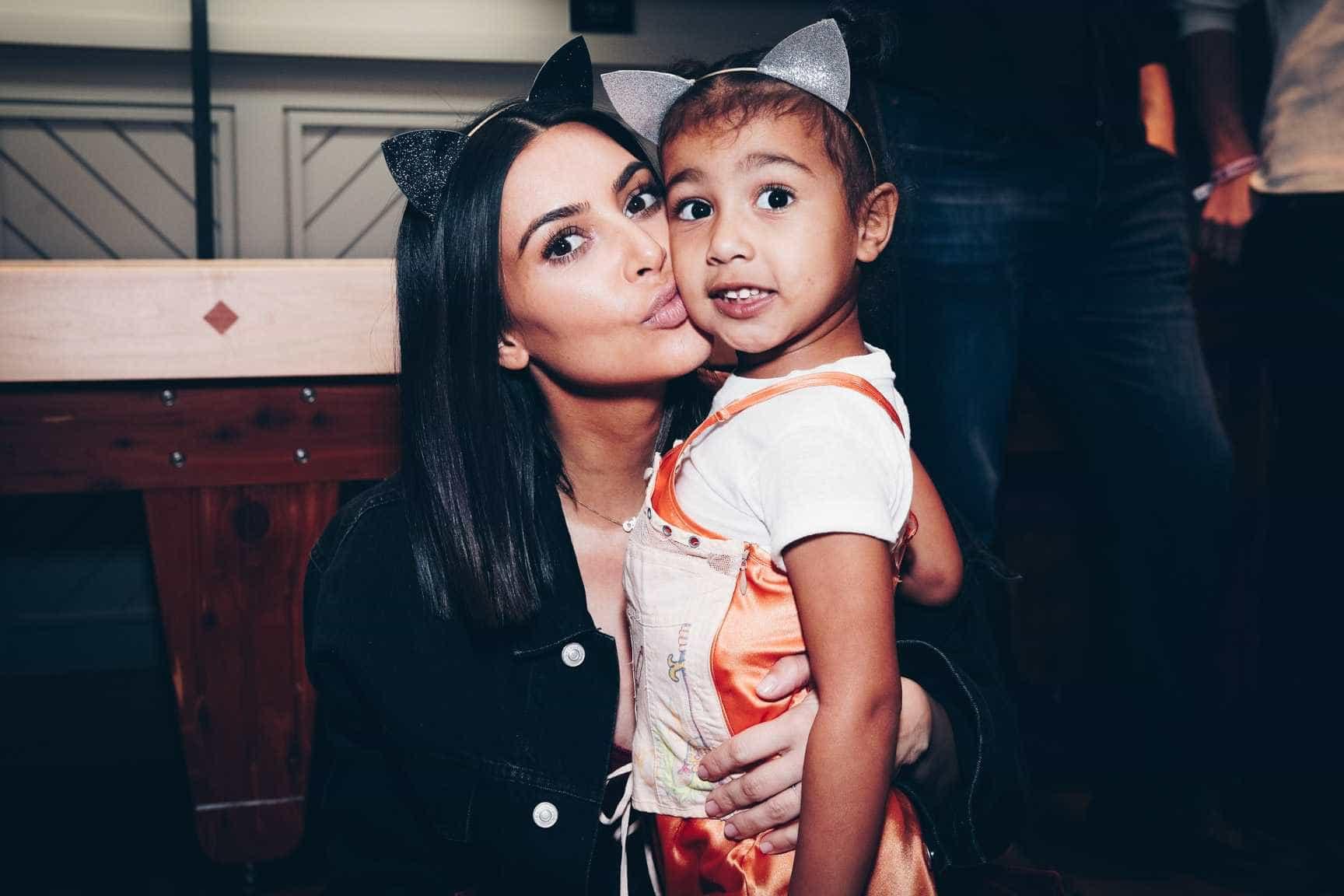 Kim Kardashian criticada por maquilhagem excessiva da filha de cinco anos