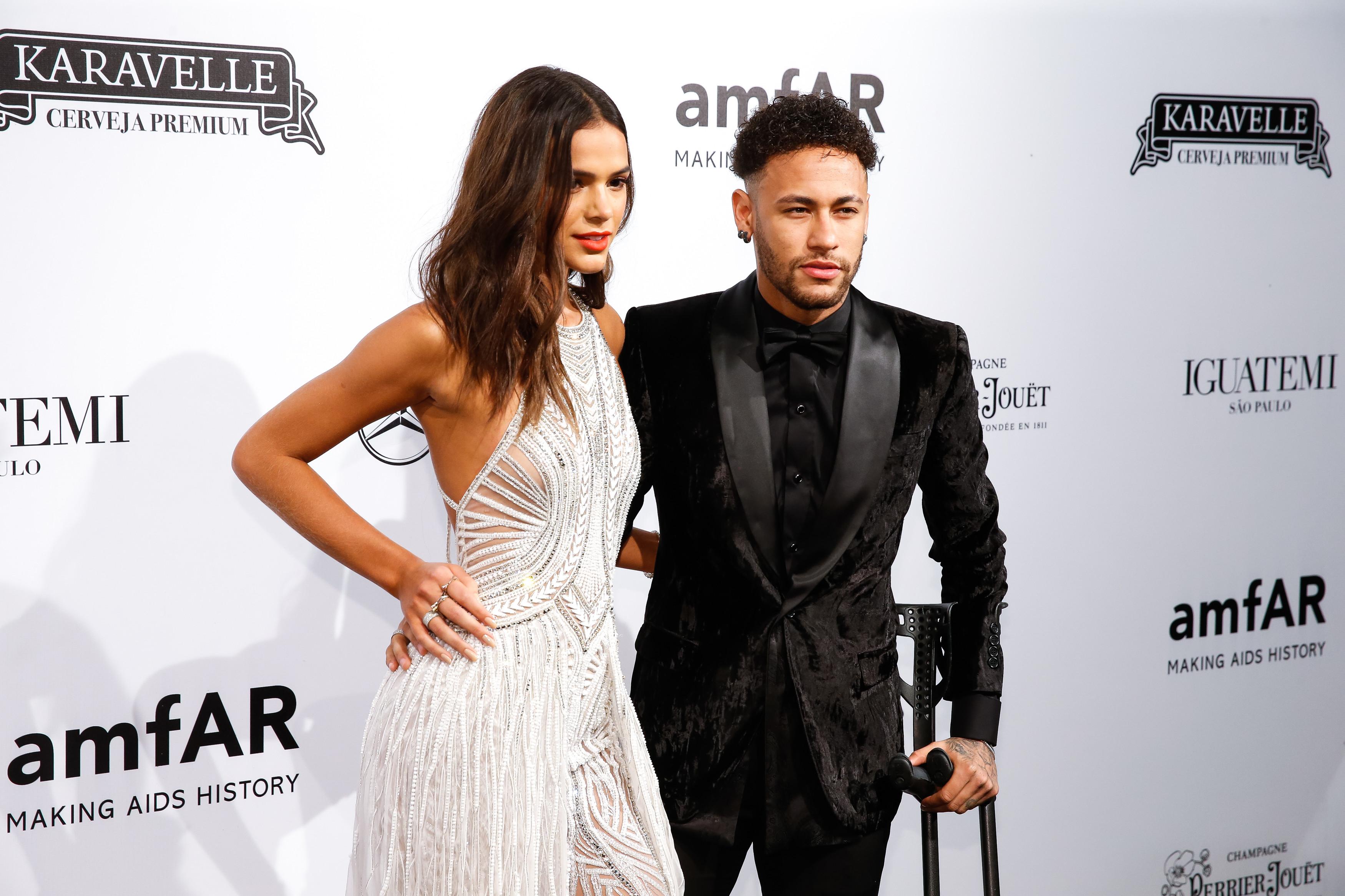 """Neymar defende Bruna Marquezine: """"Só dizem mal de quem tem luz e tu tens"""""""