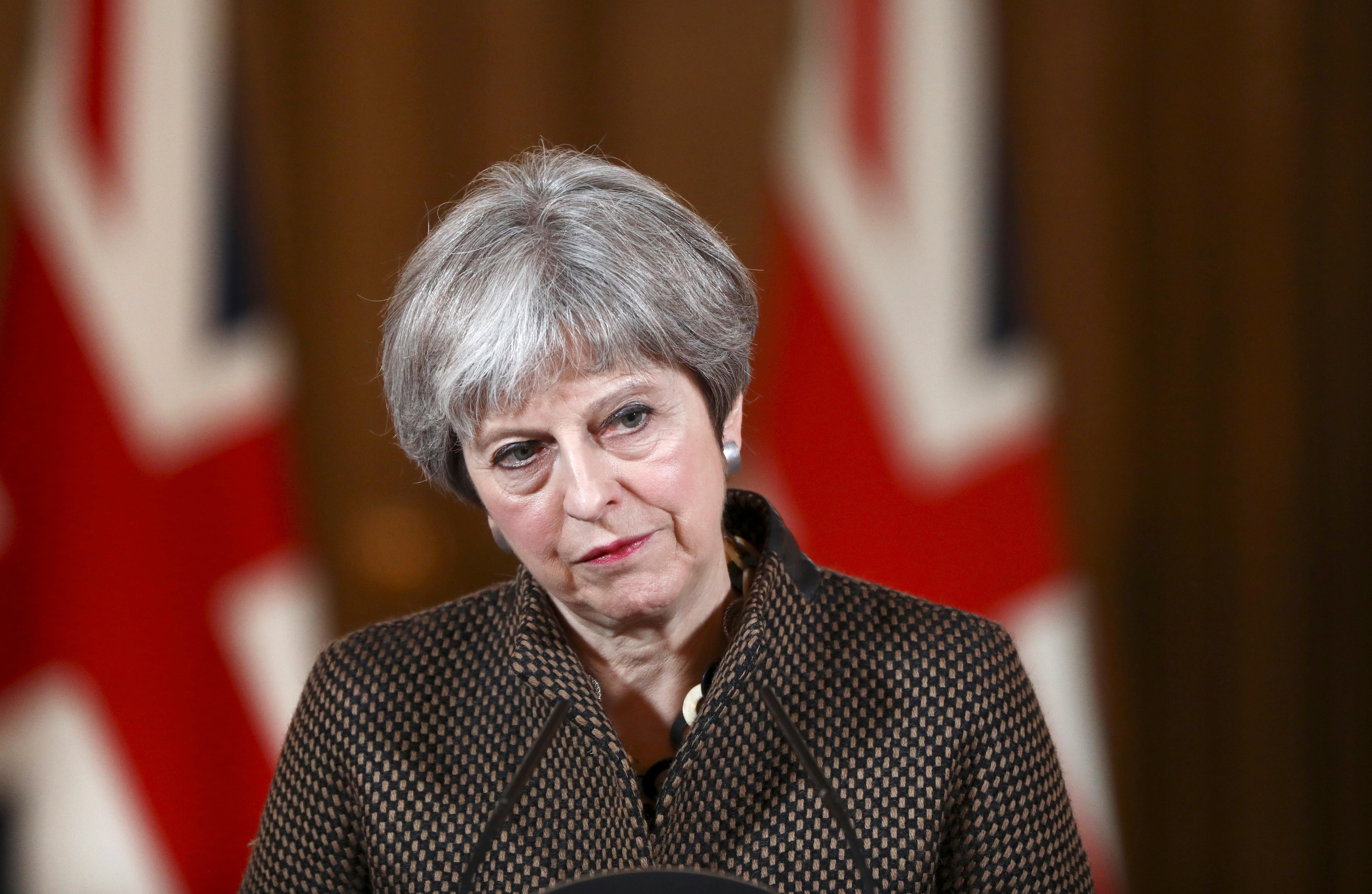 May admite deixar parlamento escolher solução para Irlanda do Norte