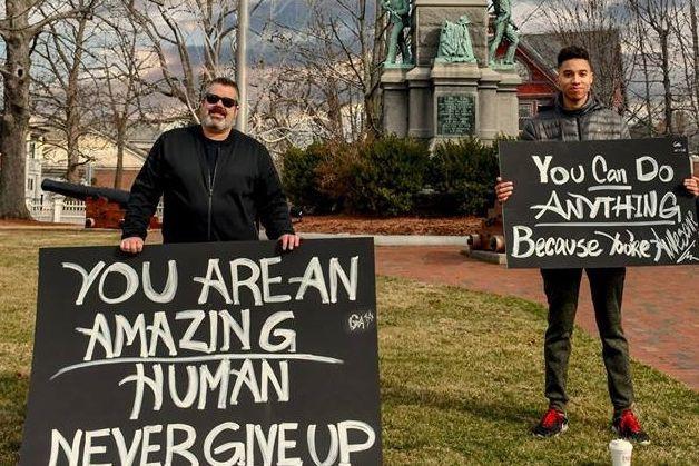 Dois americanos estão a tentar espalhar felicidade com cartazes