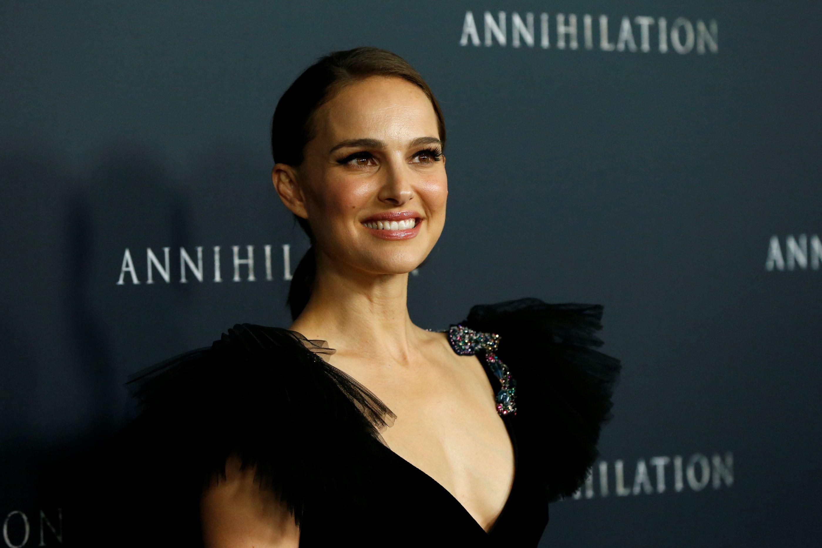 Natalie Portman faz visita surpresa a hospital pediátrico