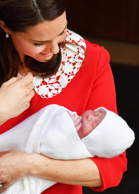 Kate Middleton usou vestido em homenagem a princesa Diana