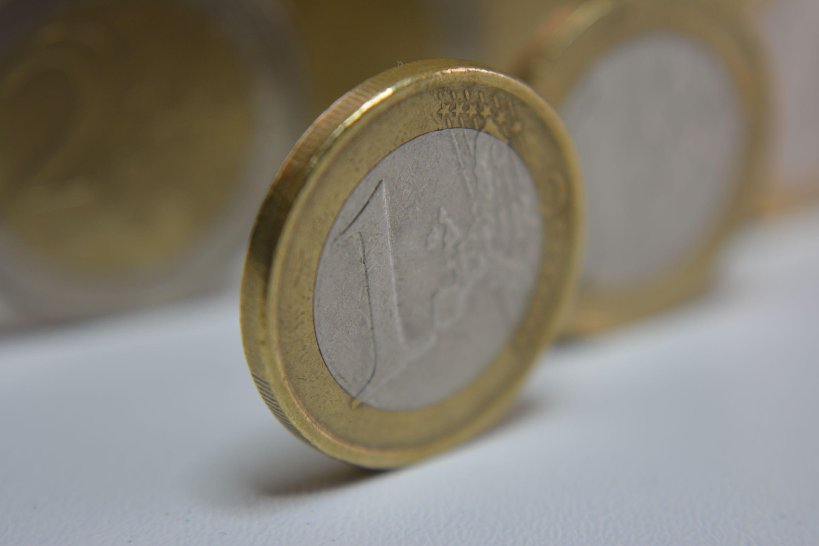 Euro recua e mantém-se abaixo de 1,13 dólares