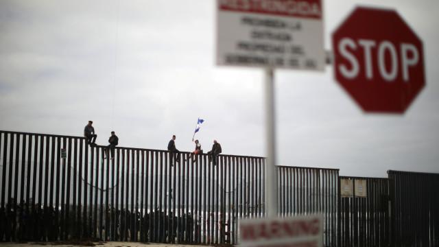Criança imigrante encontrada em descampado sozinha e a chorar