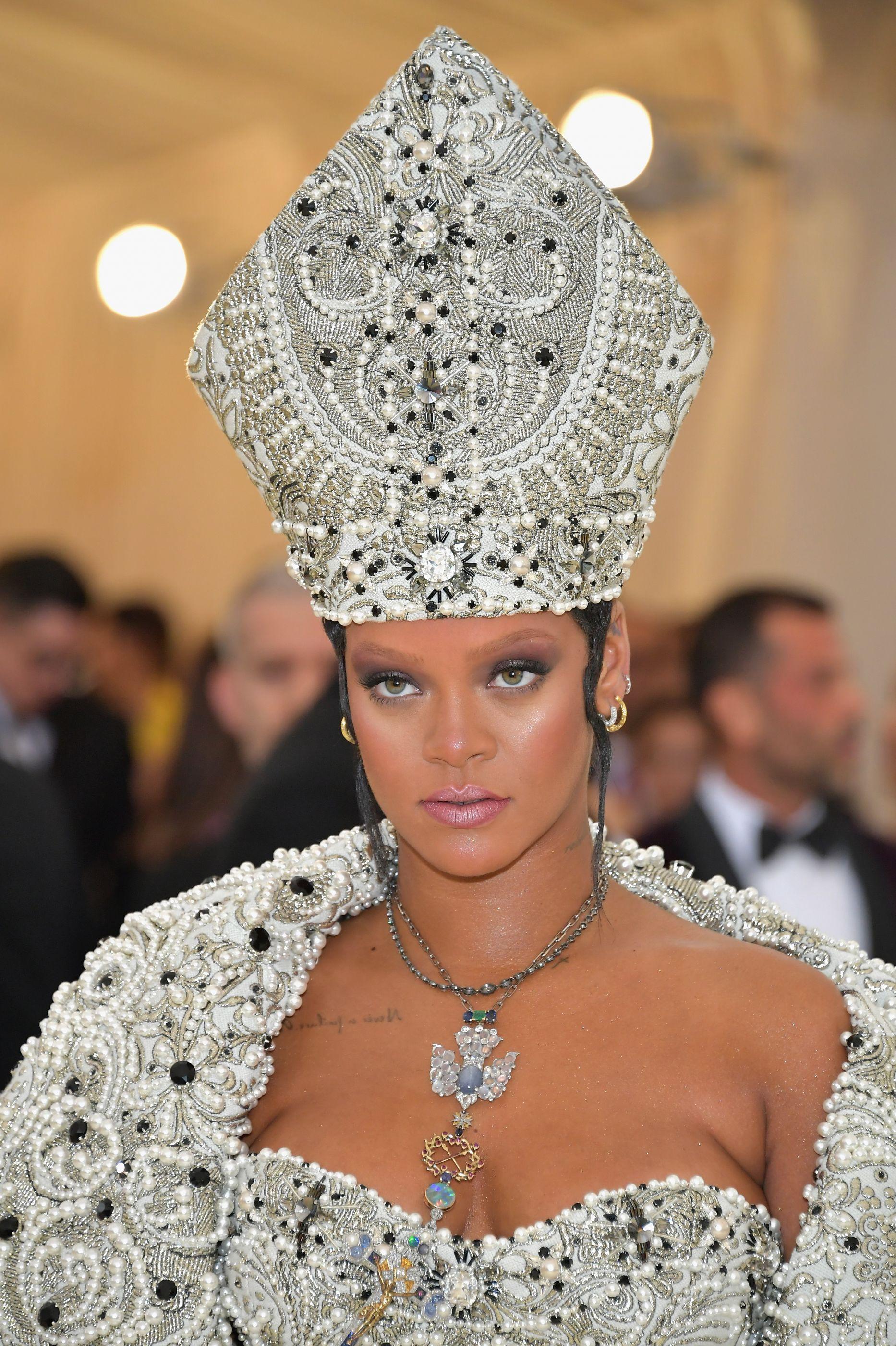 Rihanna processou o próprio pai. Porquê?