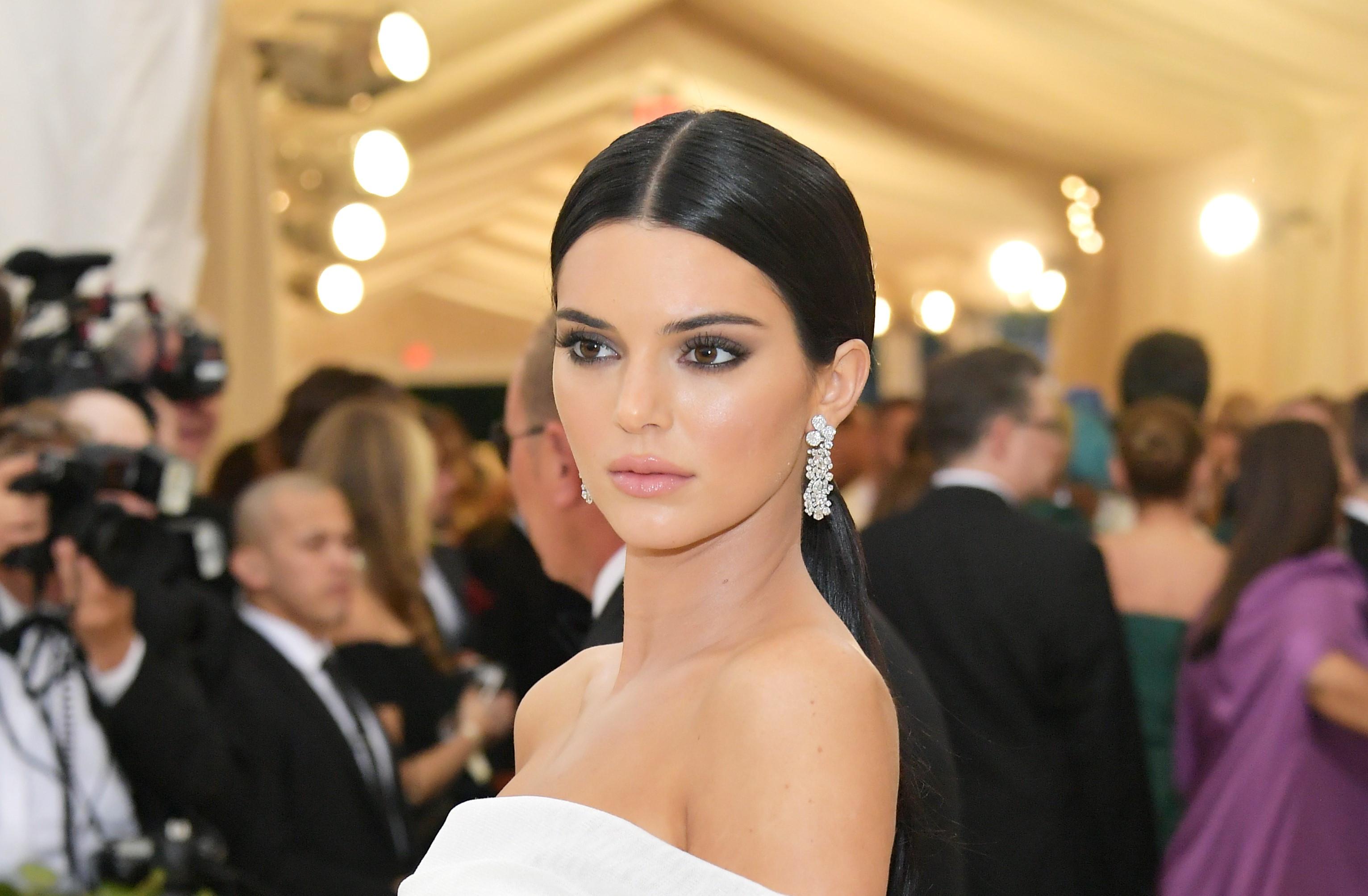 Após posar nua, Kendall Jenner surge com novo visual
