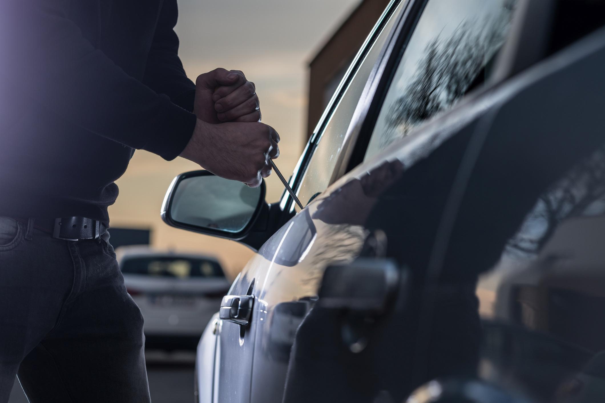 Partiu o vidro do carro e roubou mochila. Polícia estava atenta