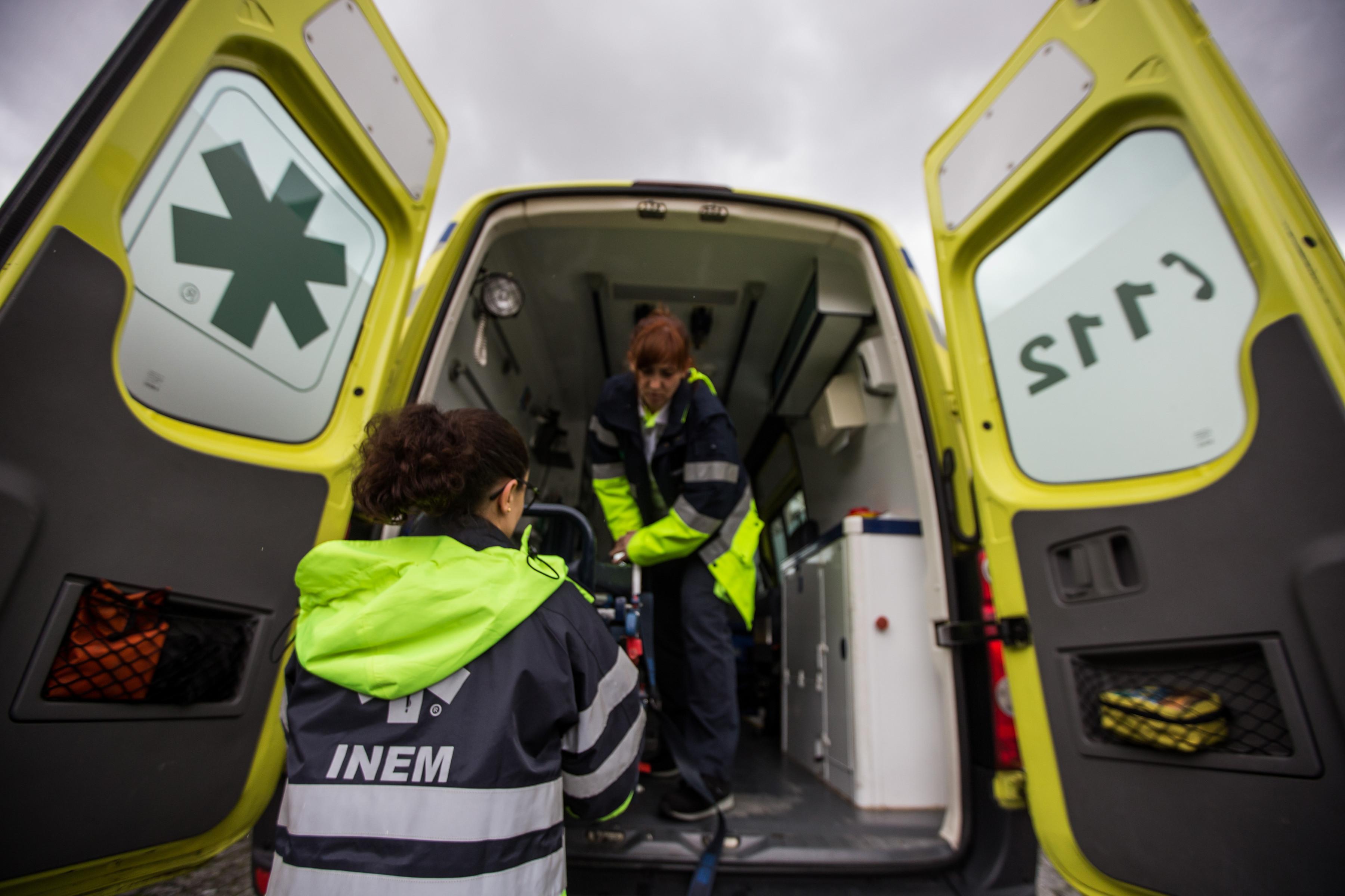 Acidente entre elétrico e autocarro francês em Lisboa faz cinco feridos