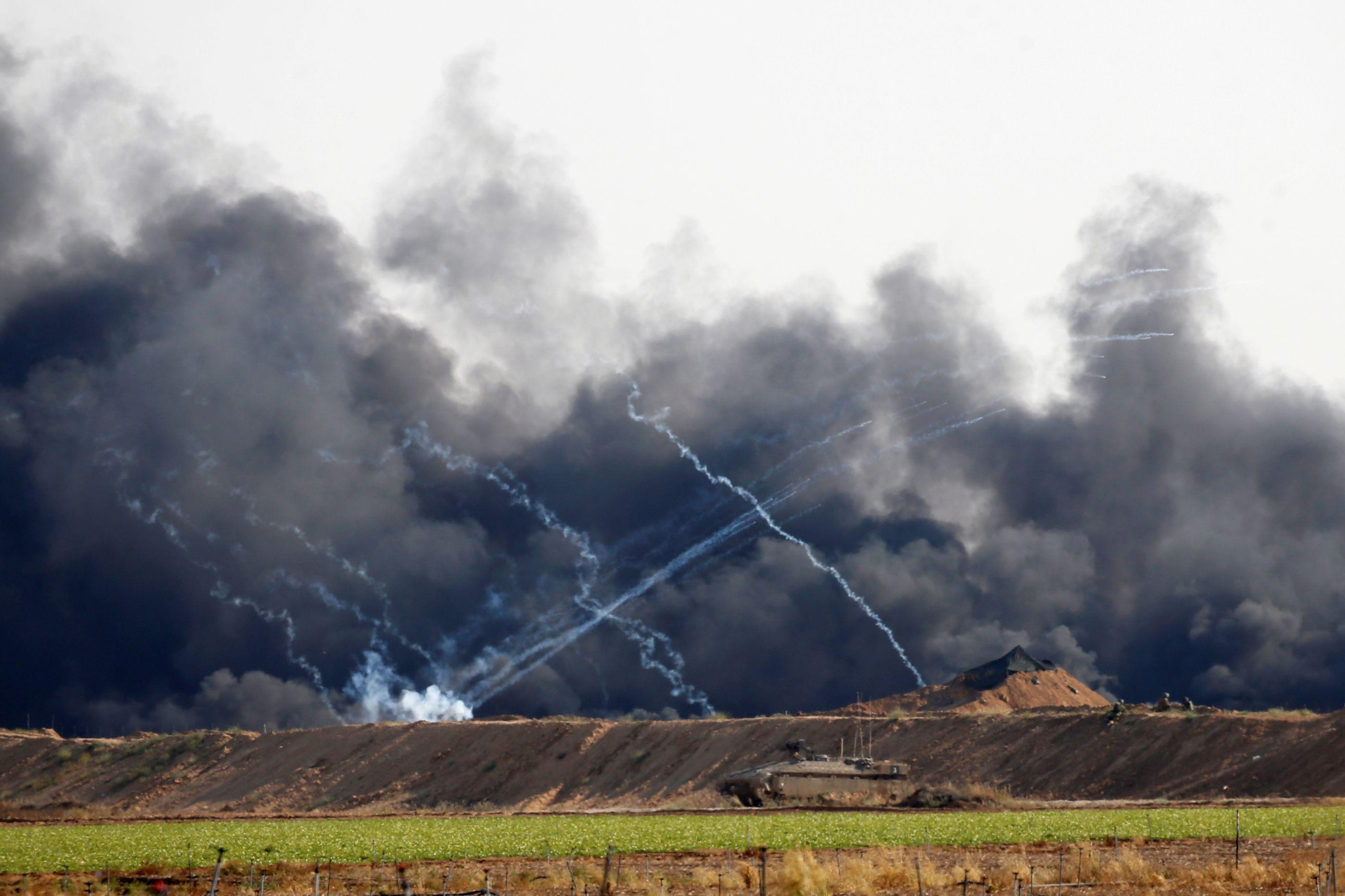 """Israel ataca """"uma centena de alvos"""" do Hamas na Faixa de Gaza"""