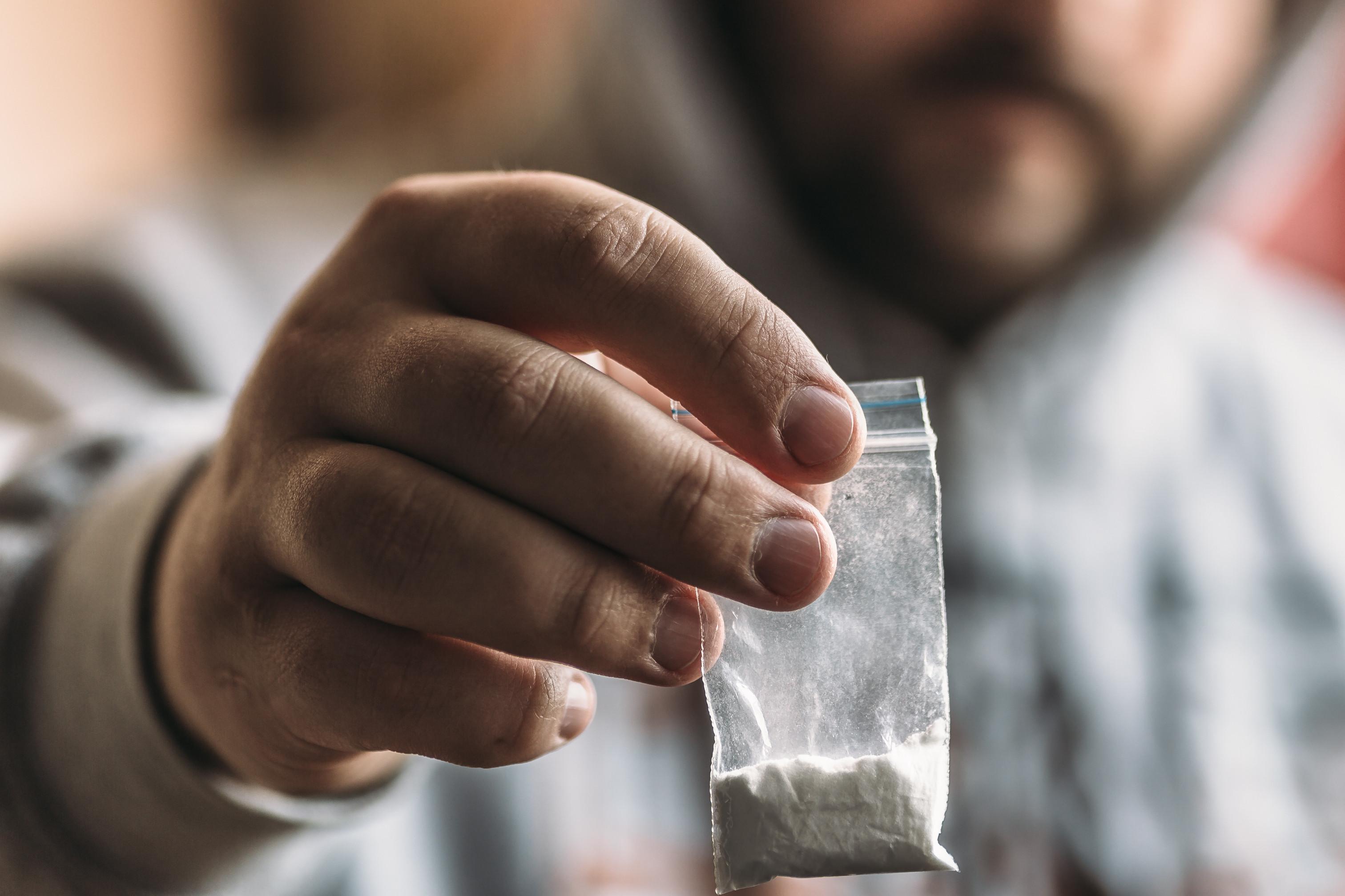 Ia consumir droga na via pública e foi detido. Tinha mais de 500 doses