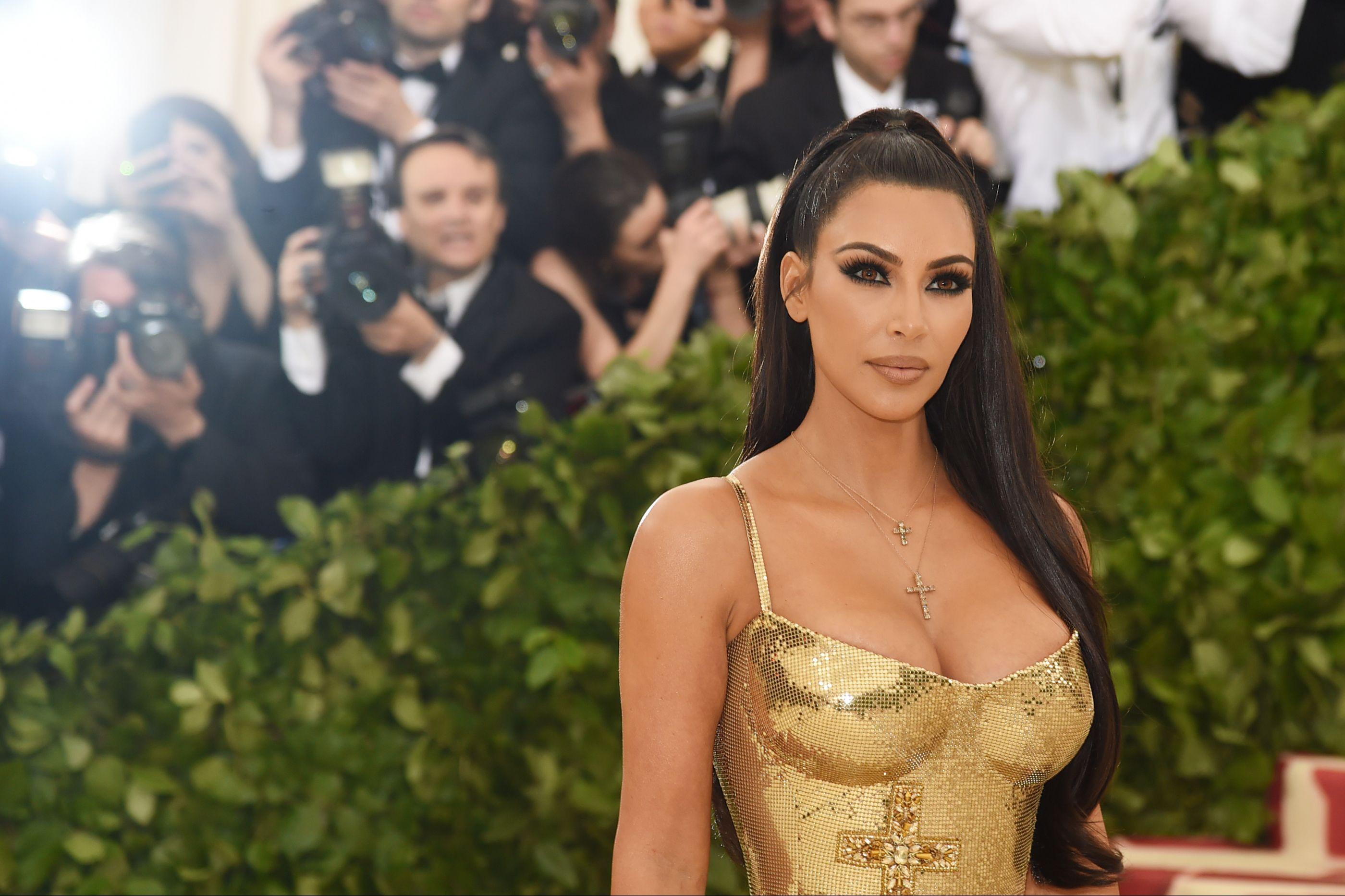 Em topless, Kim Kardashian posa com a filha mais nova e gera polémica