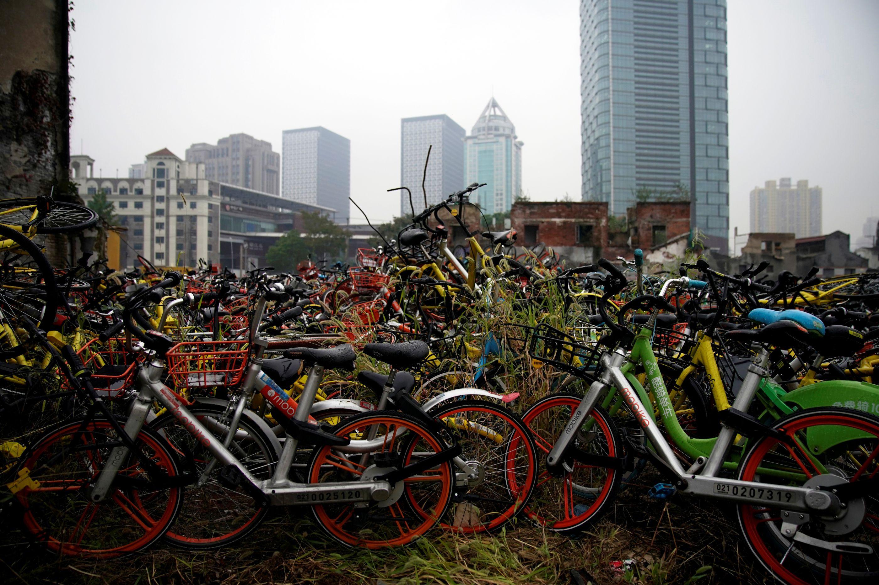 Os cemitérios de bicicletas que a vida na China deixou para trás