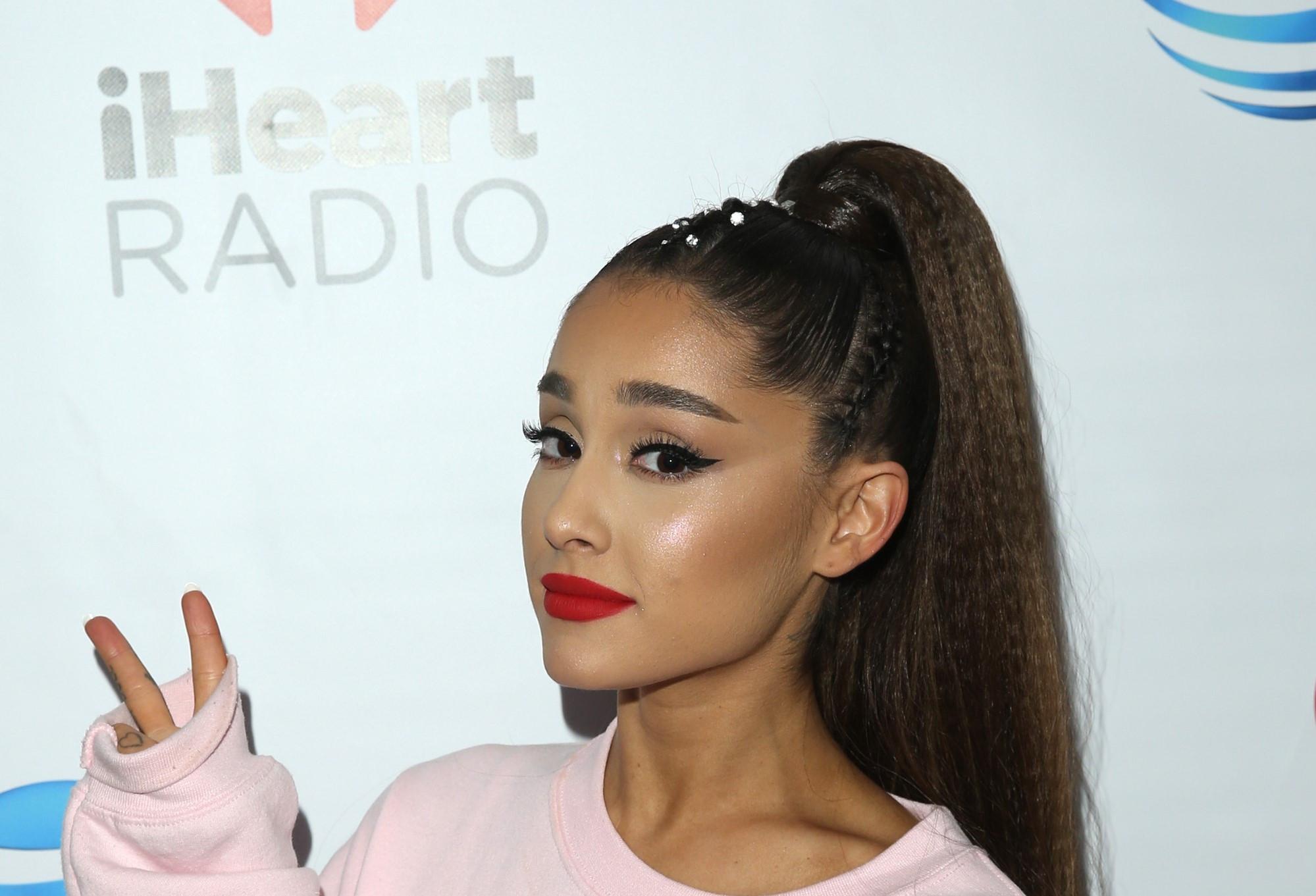"""Ariana Grande deixa mensagem aos fãs: """"Vai ficar tudo bem"""""""