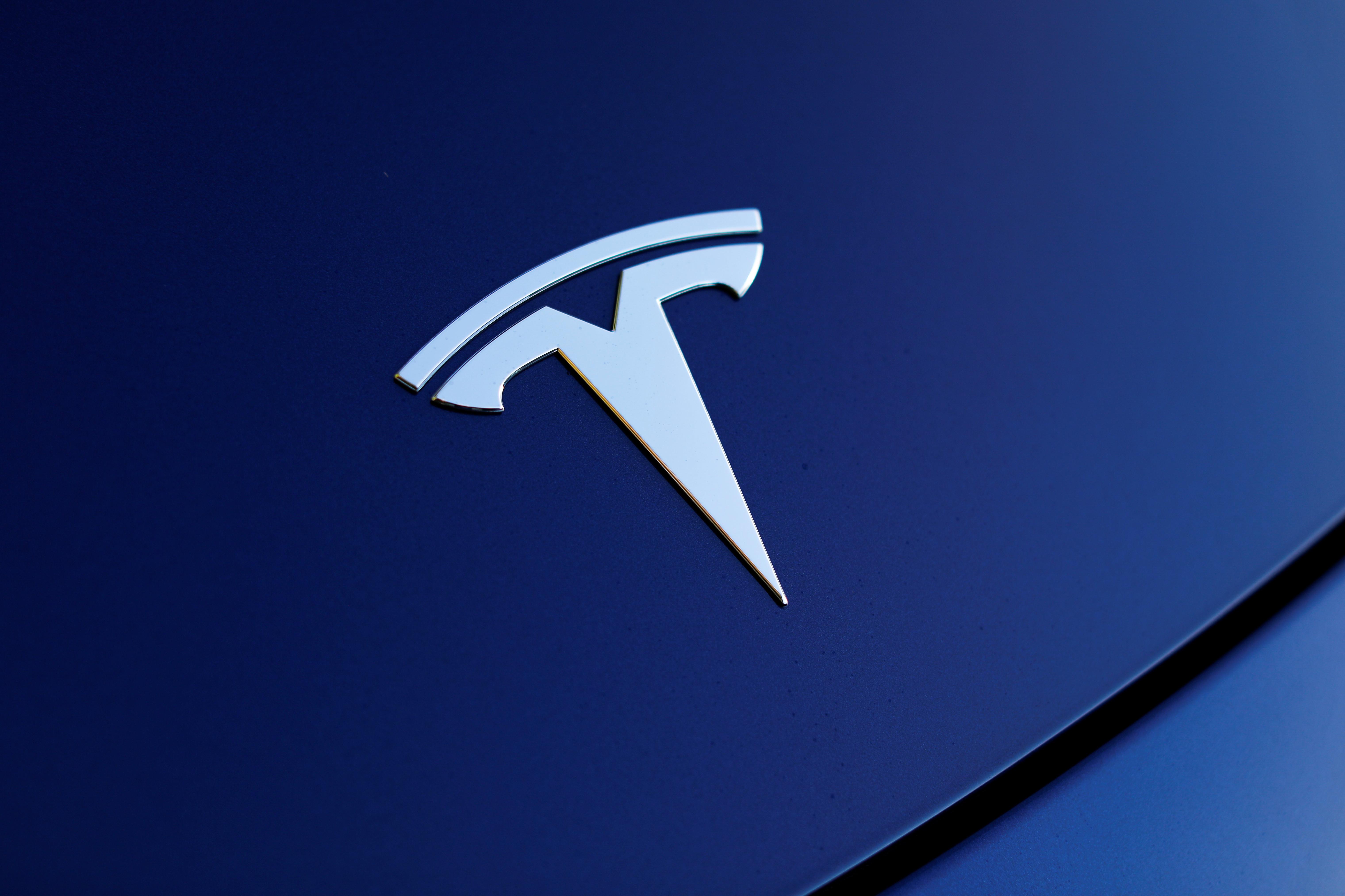 Polícia perseguiu Tesla em modo Autopilot depois de condutor adormecer