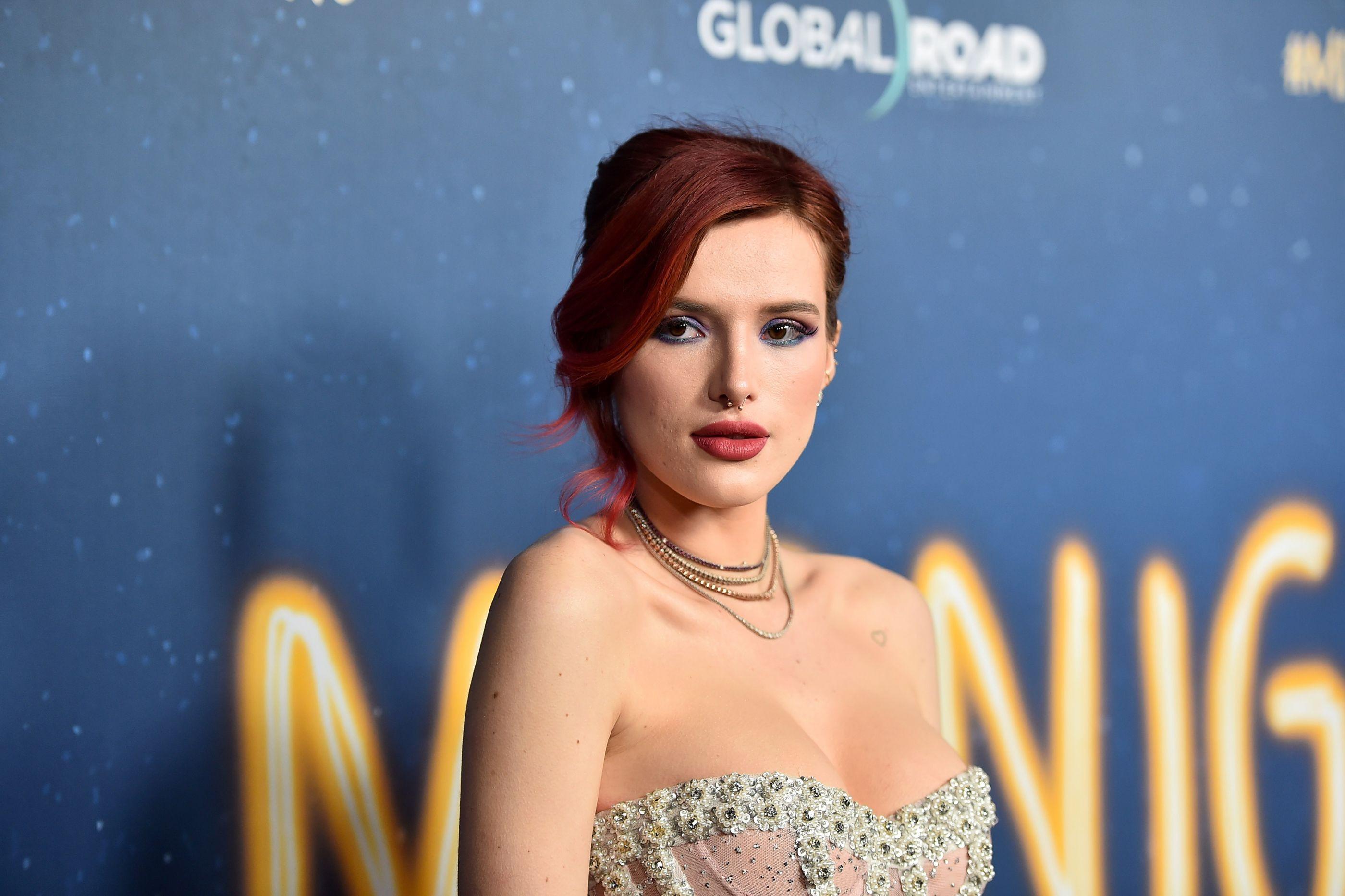 Bella Thorne preocupa fãs ao surgir com marcas de agulhas nos braços