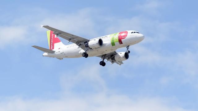 Não desligar o telemóvel durante voo dá multa? Sim, em alguns casos