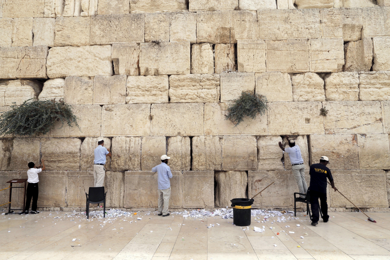 Ultraortodoxos tentam impedir mulheres de rezarem no Muro das Lamentações