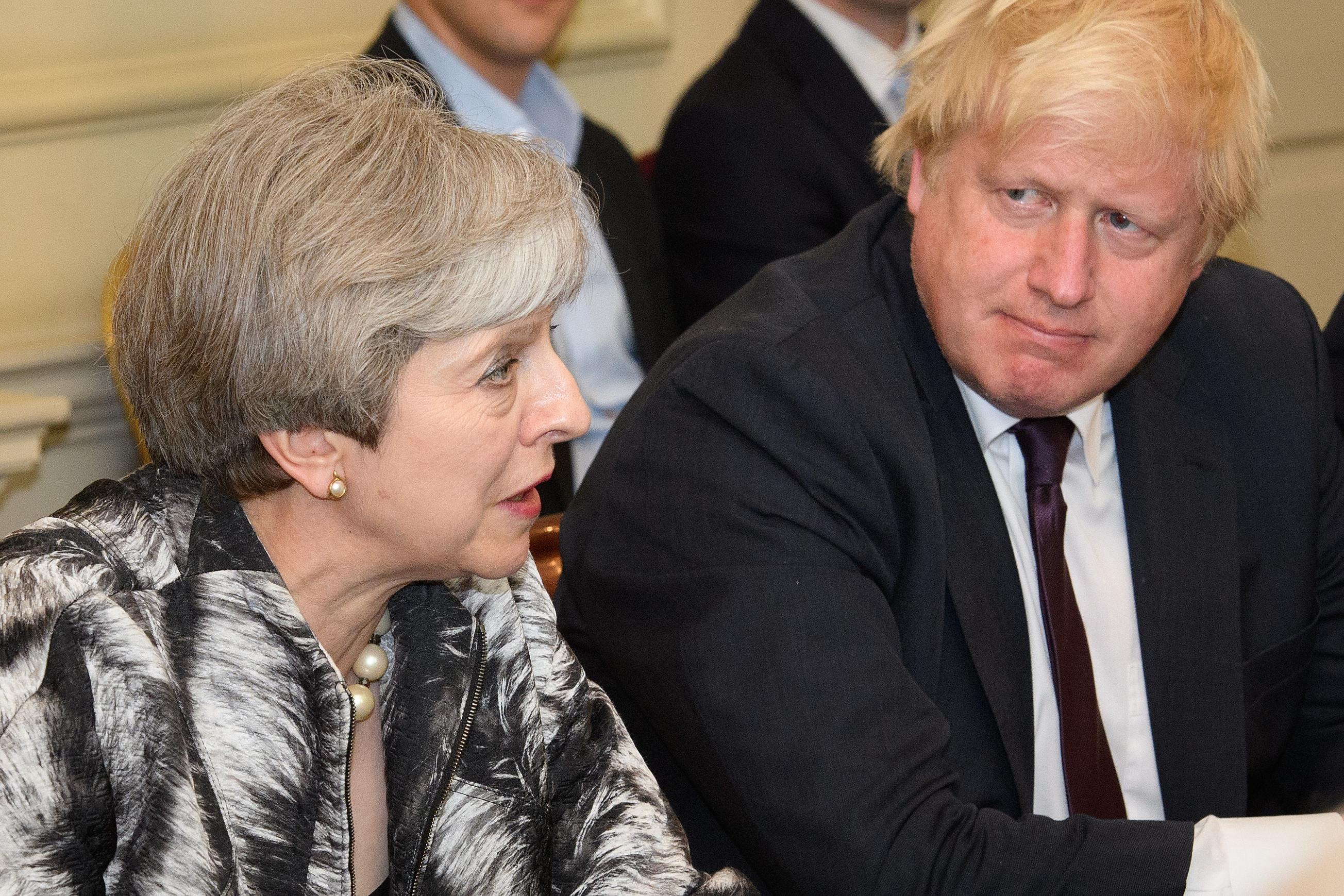 """May """"está à beira da rendição total"""" a Bruxelas relativamente ao Brexit"""