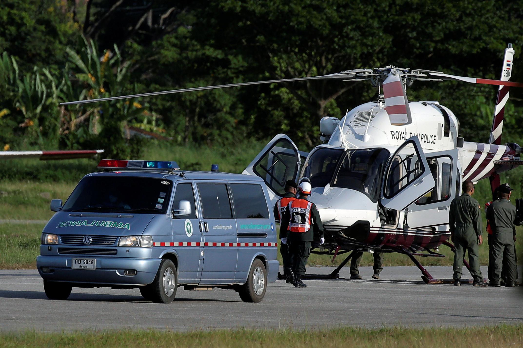 Tailândia: Oito crianças estão a salvo. Operações suspensas