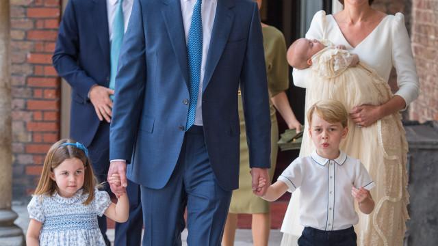 Divulgada foto rara do príncipe Louis com o avô e a mãe