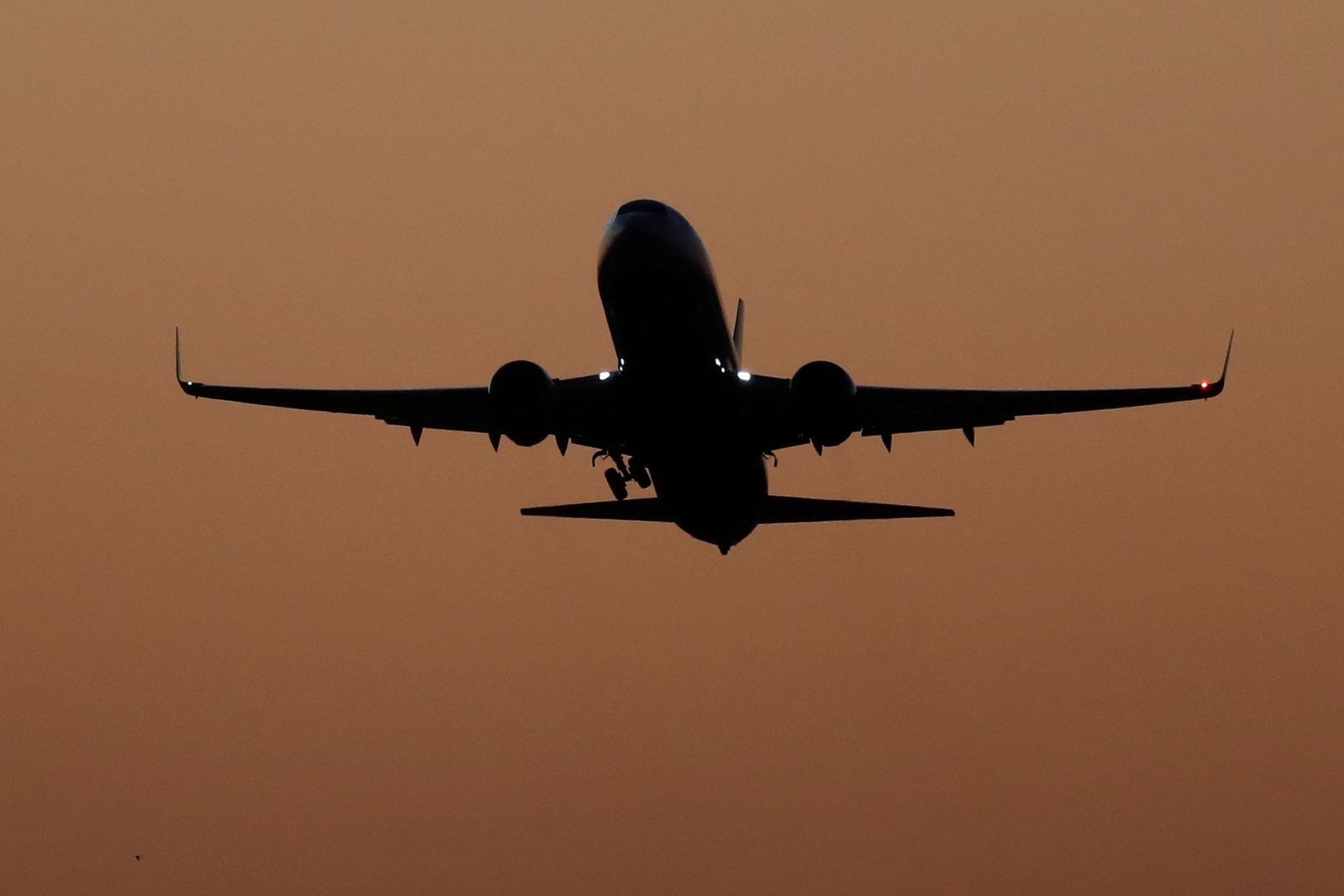 Mulher abusada sexualmente a bordo de avião da United. Homem absolvido