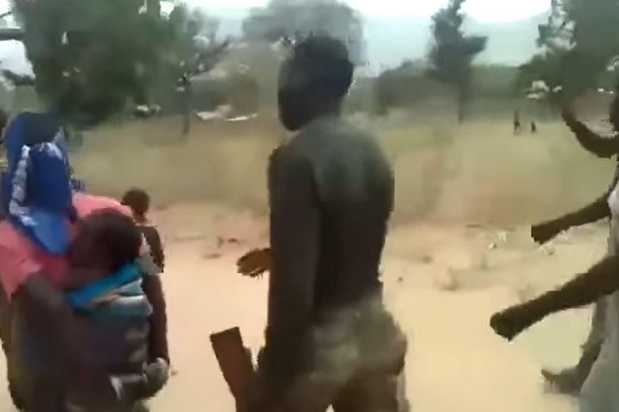 Exército camaronês filmado a executar mulheres e crianças