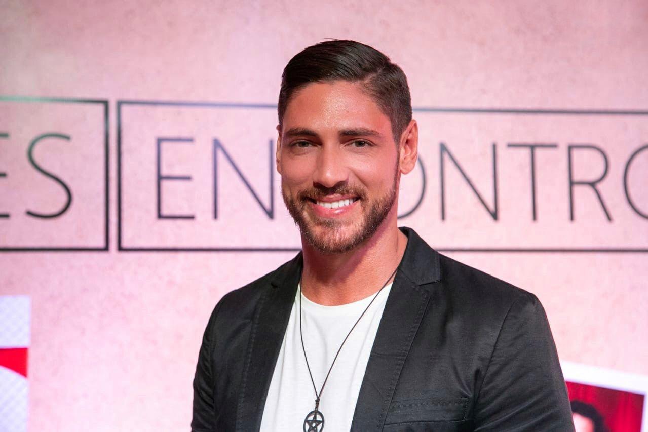 Ângelo Rodrigues admite que já fez sexo nos bastidores das gravações