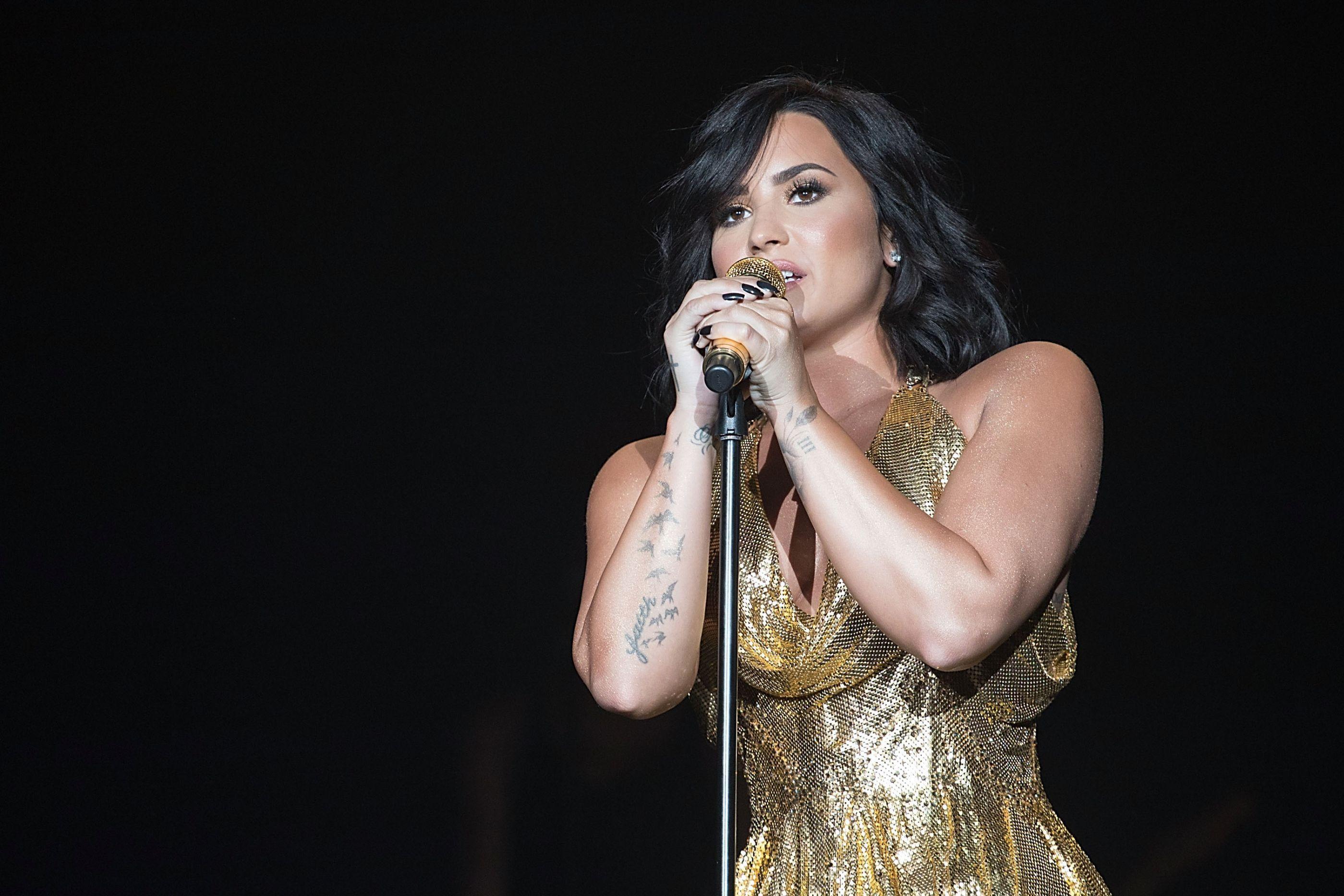 Demi Lovato vista pela primeira vez fora da reabilitação após overdose