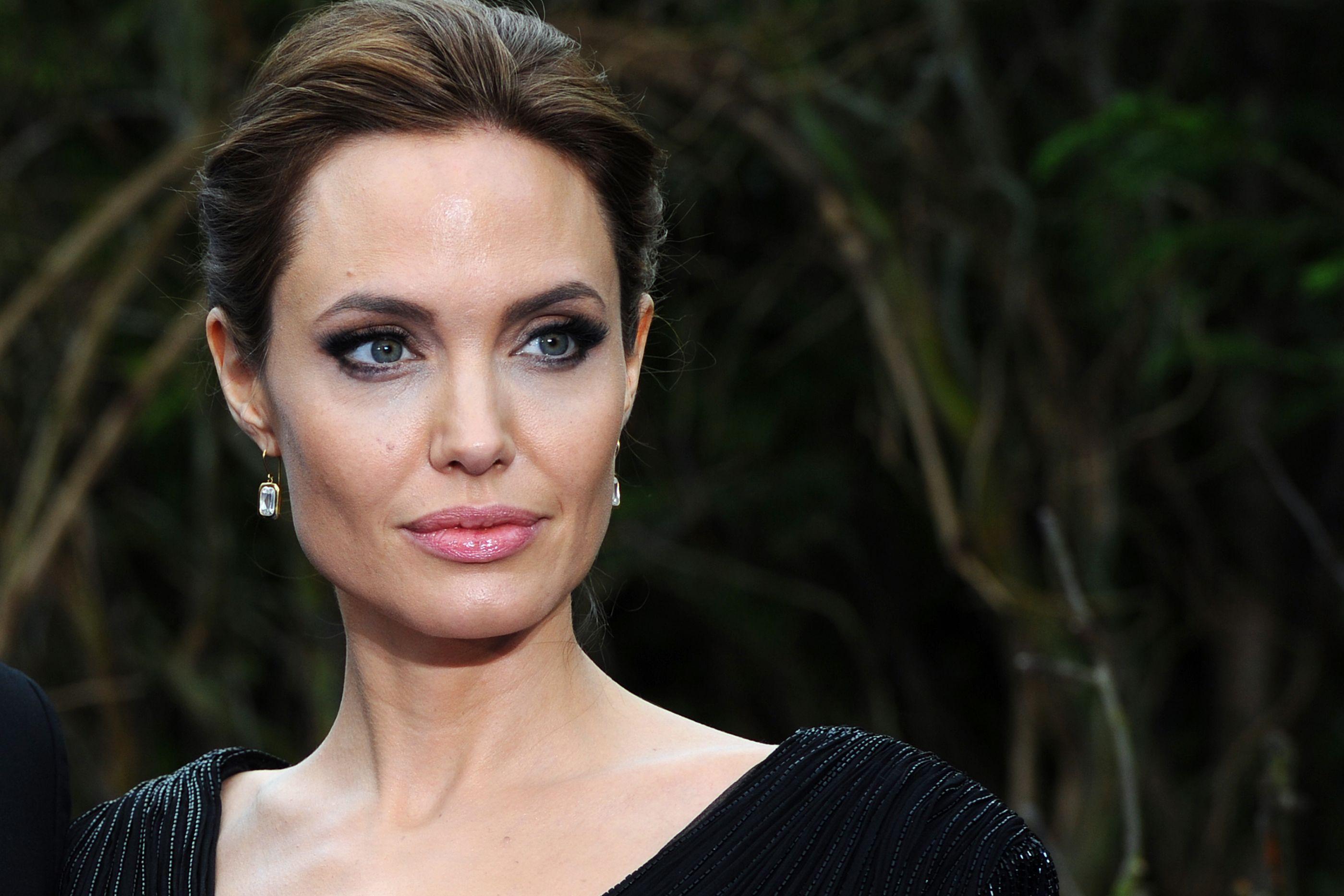 Angelina Jolie está loira. Atriz exibe orgulhosamente novo visual