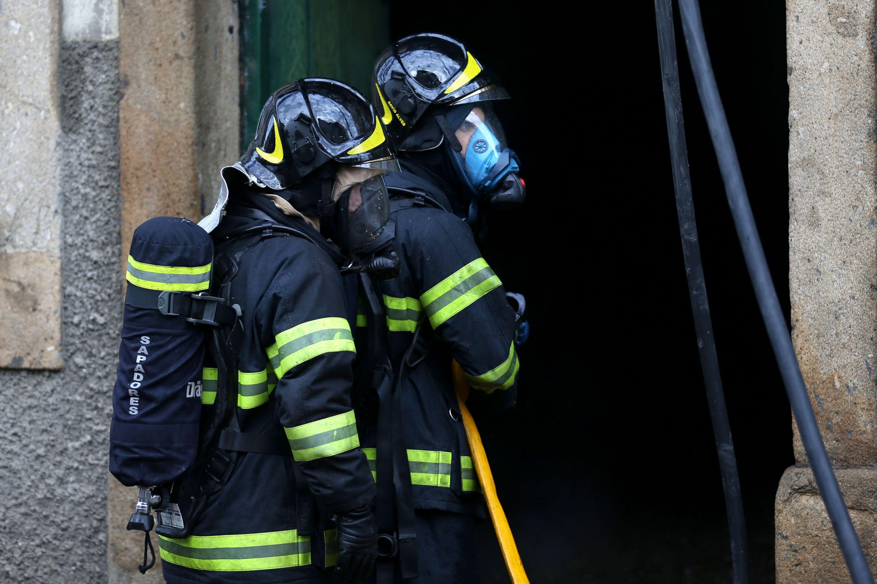 Uma pessoa desaparecida e cinco feridos após incêndio em prédio no Porto