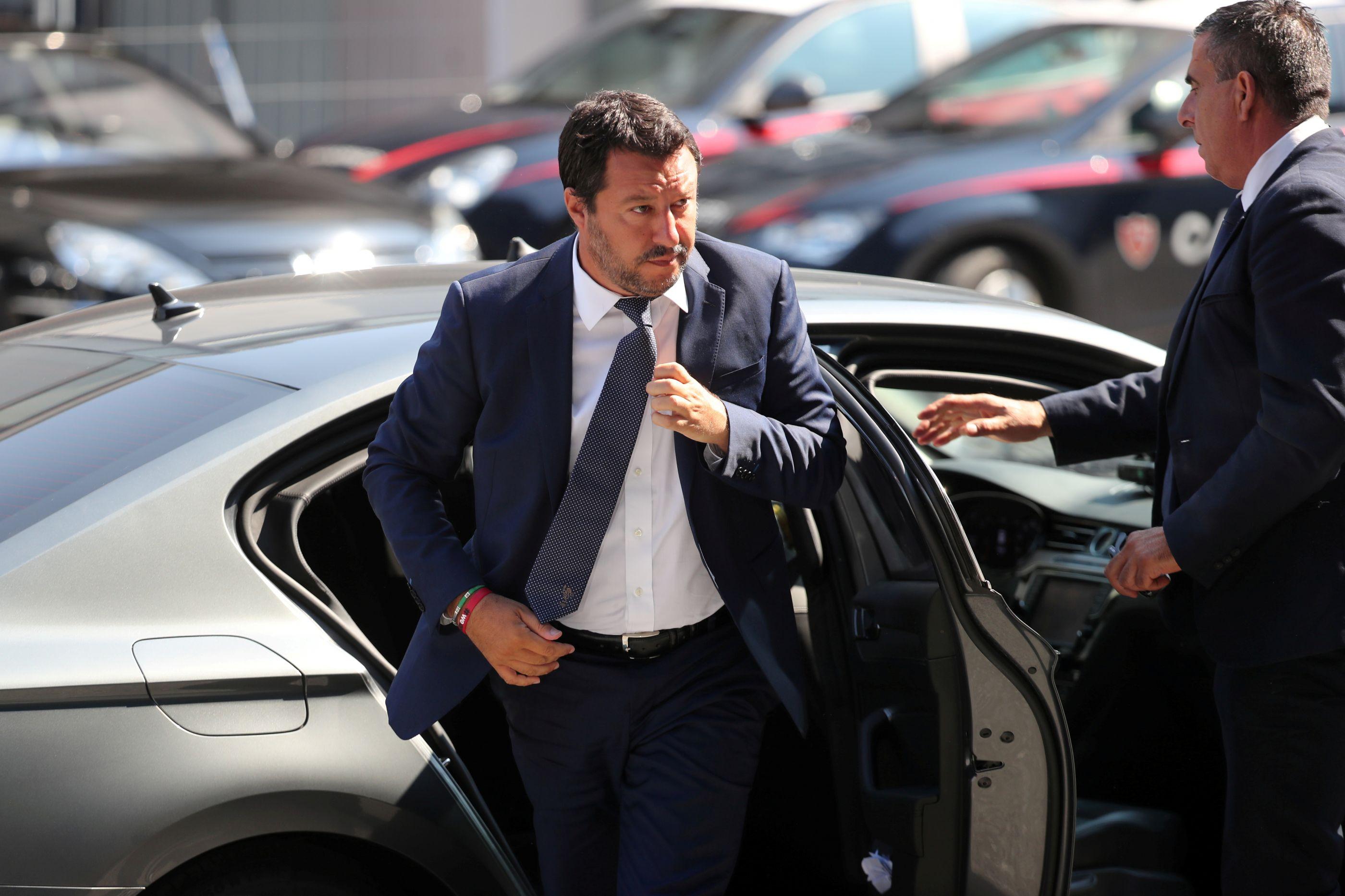 Procuradoria abre guerra com Salvini e apreende barco com migrantes