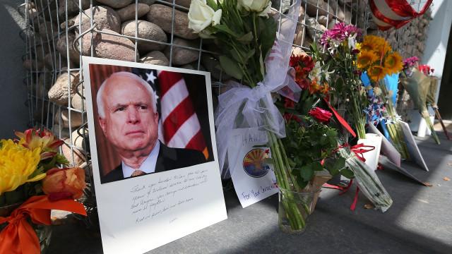 Trump ataca novamente John McCain no Twitter, meses após morte de senador