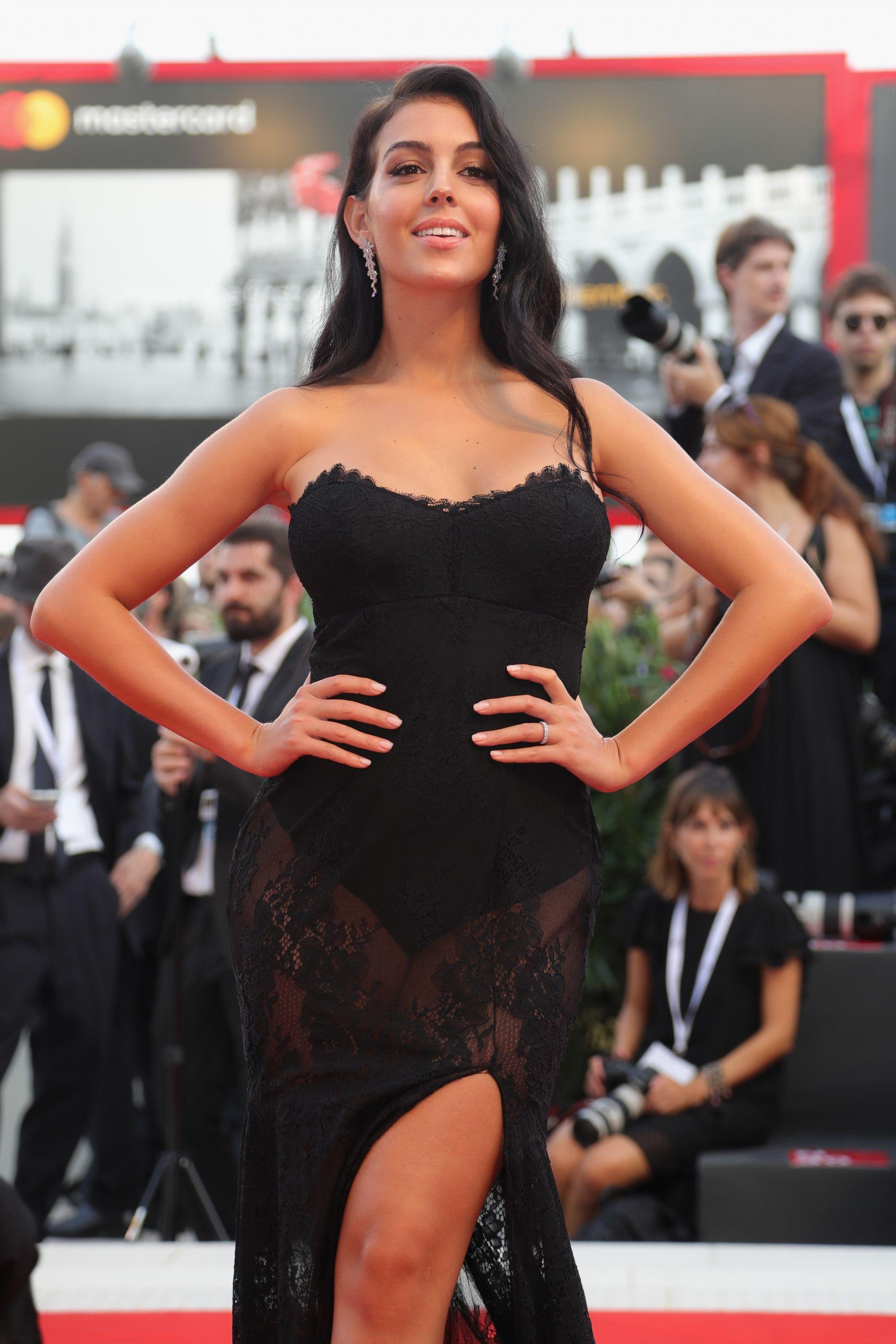 Georgina Rodríguez brinca e 'imita' o penteado da pequena Eva