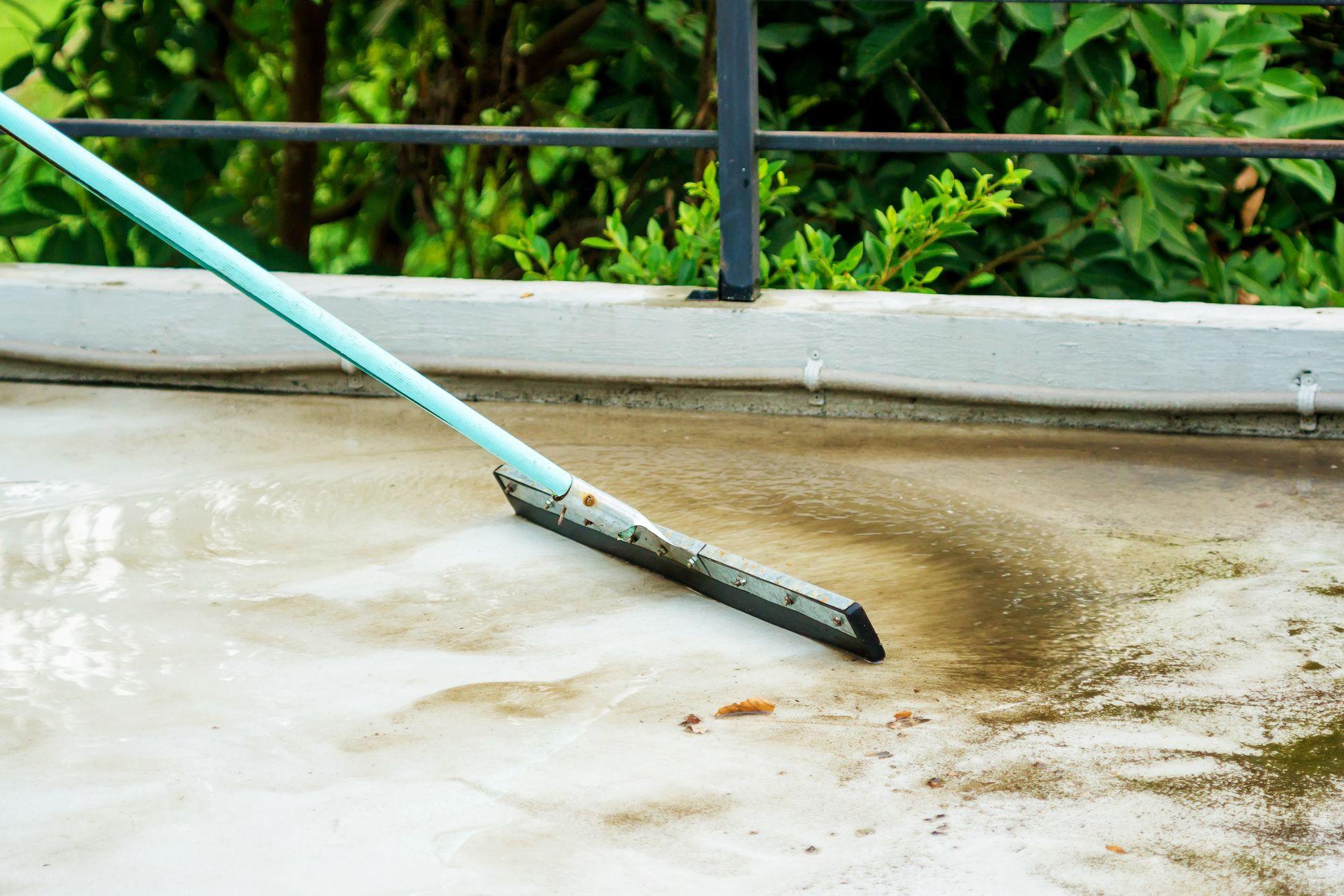 Pode ou não lavar varandas com derrame de água para a via pública?