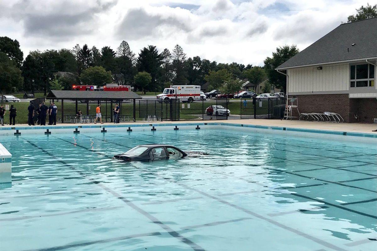 Lição de condução acaba com carro... dentro de água