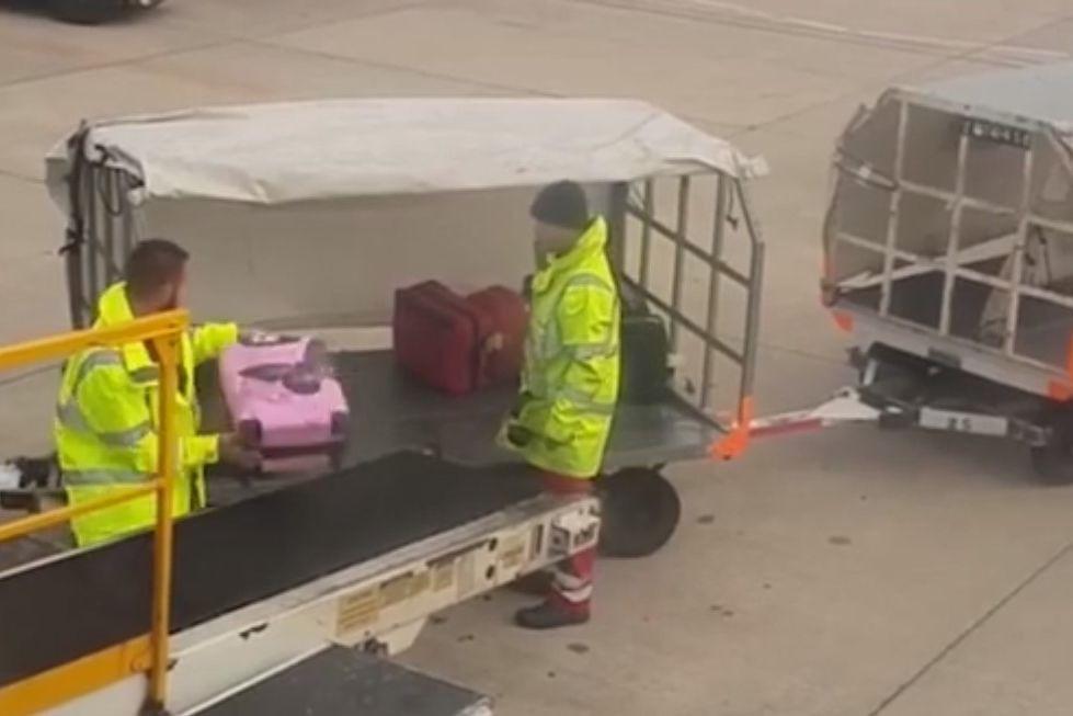 """Funcionário de aeroporto arremessa bagagem com violência. """"Isso é meu!"""""""