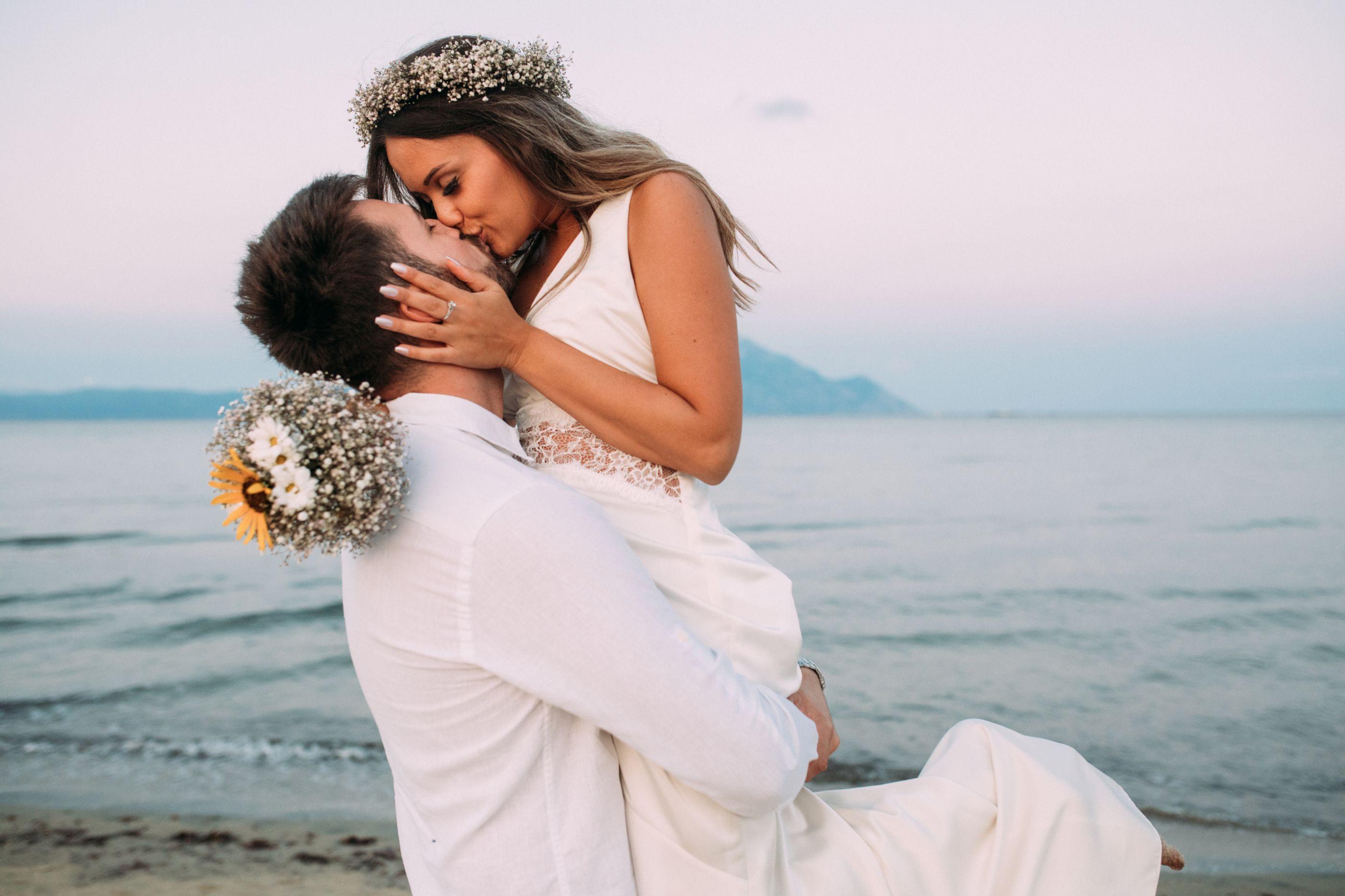 Teoria do compromisso: Casados após um ano ou constante fase de namoro?